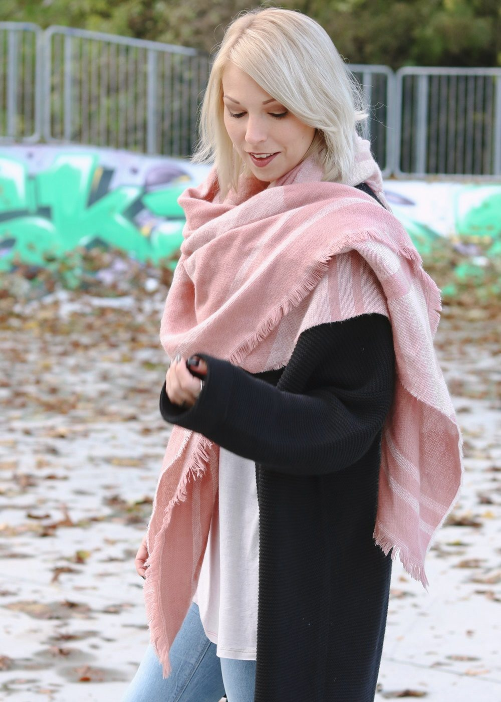 modeblogger-karlsruhe-outfit-herbst-skinnyjeans-rosa-schal-strickcardigan-reebok-classics-pearlized-metallic-13