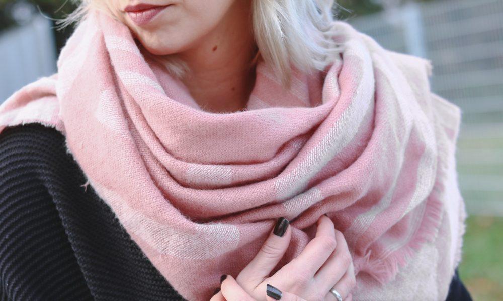 modeblogger-karlsruhe-outfit-herbst-skinnyjeans-rosa-schal-strickcardigan-reebok-classics-pearlized-metallic-18