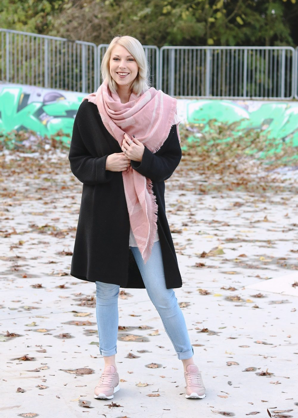 modeblogger-karlsruhe-outfit-herbst-skinnyjeans-rosa-schal-strickcardigan-reebok-classics-pearlized-metallic-2