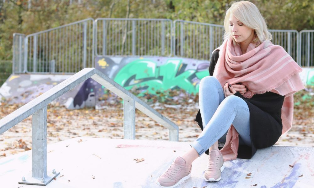 modeblogger-karlsruhe-outfit-herbst-skinnyjeans-rosa-schal-strickcardigan-reebok-classics-pearlized-metallic-22