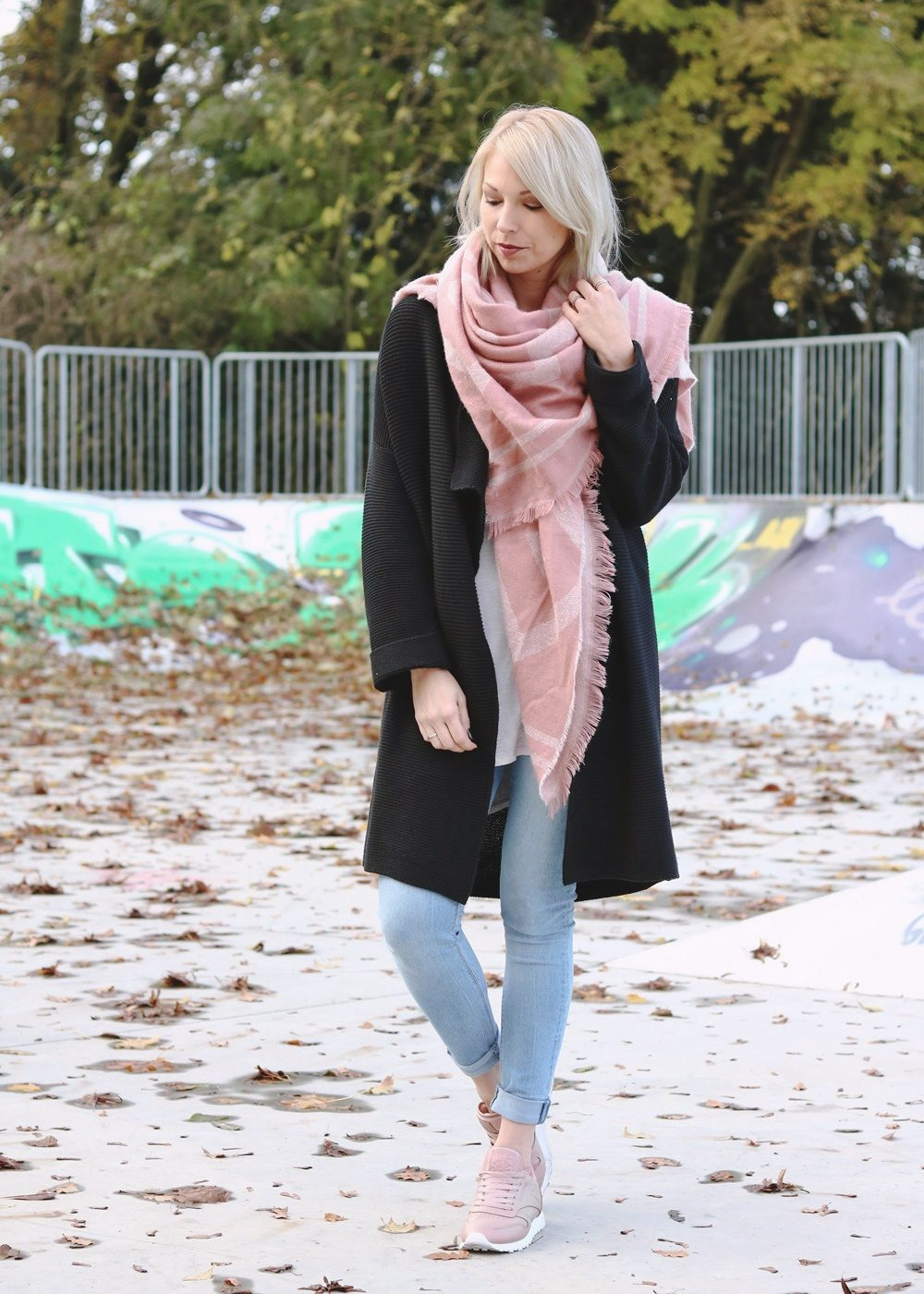 modeblogger-karlsruhe-outfit-herbst-skinnyjeans-rosa-schal-strickcardigan-reebok-classics-pearlized-metallic-3