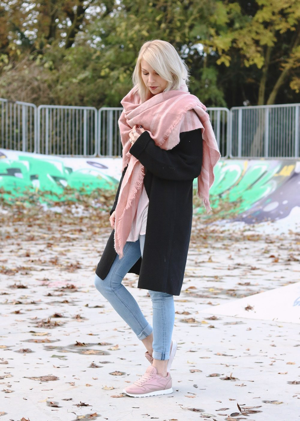 modeblogger-karlsruhe-outfit-herbst-skinnyjeans-rosa-schal-strickcardigan-reebok-classics-pearlized-metallic-5