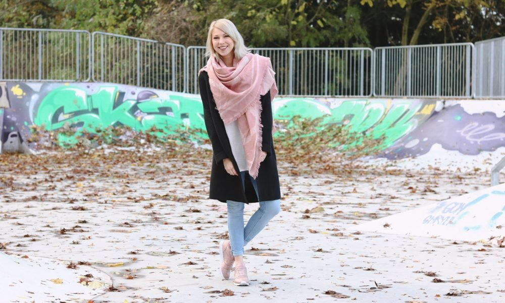 modeblogger-karlsruhe-outfit-herbst-skinnyjeans-rosa-schal-strickcardigan-reebok-classics-pearlized-metallic-8
