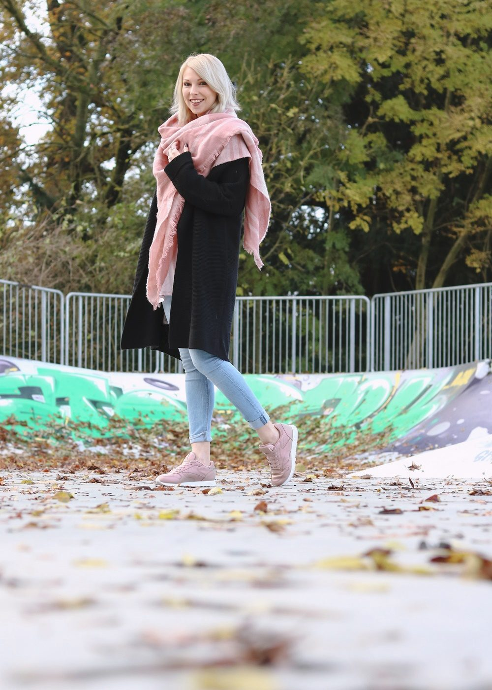 modeblogger-karlsruhe-outfit-herbst-skinnyjeans-rosa-schal-strickcardigan-reebok-classics-pearlized-metallic-9