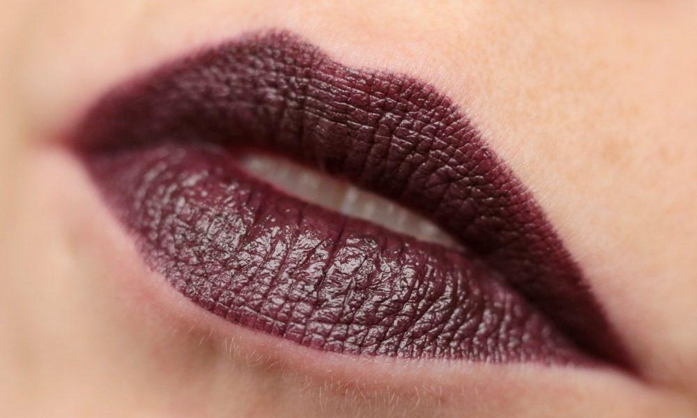 p2-mystic-whisper-lippenstift-020-poisoned-grape-swatch-1000x600