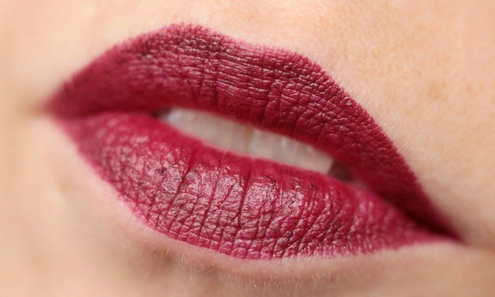 p2-mystic-whisper-lippenstift-030-blood-red-swatch-1000x600