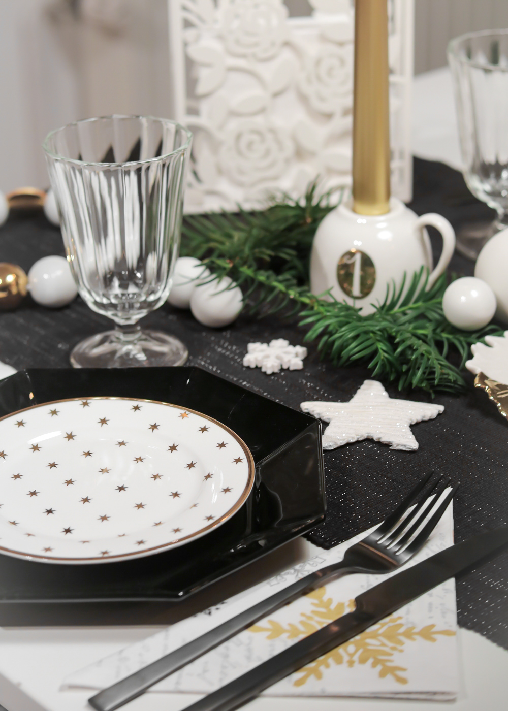 ediths weihnachten tischdekoration advent schwarzes besteck teller gold sterne 1 lavie deboite. Black Bedroom Furniture Sets. Home Design Ideas