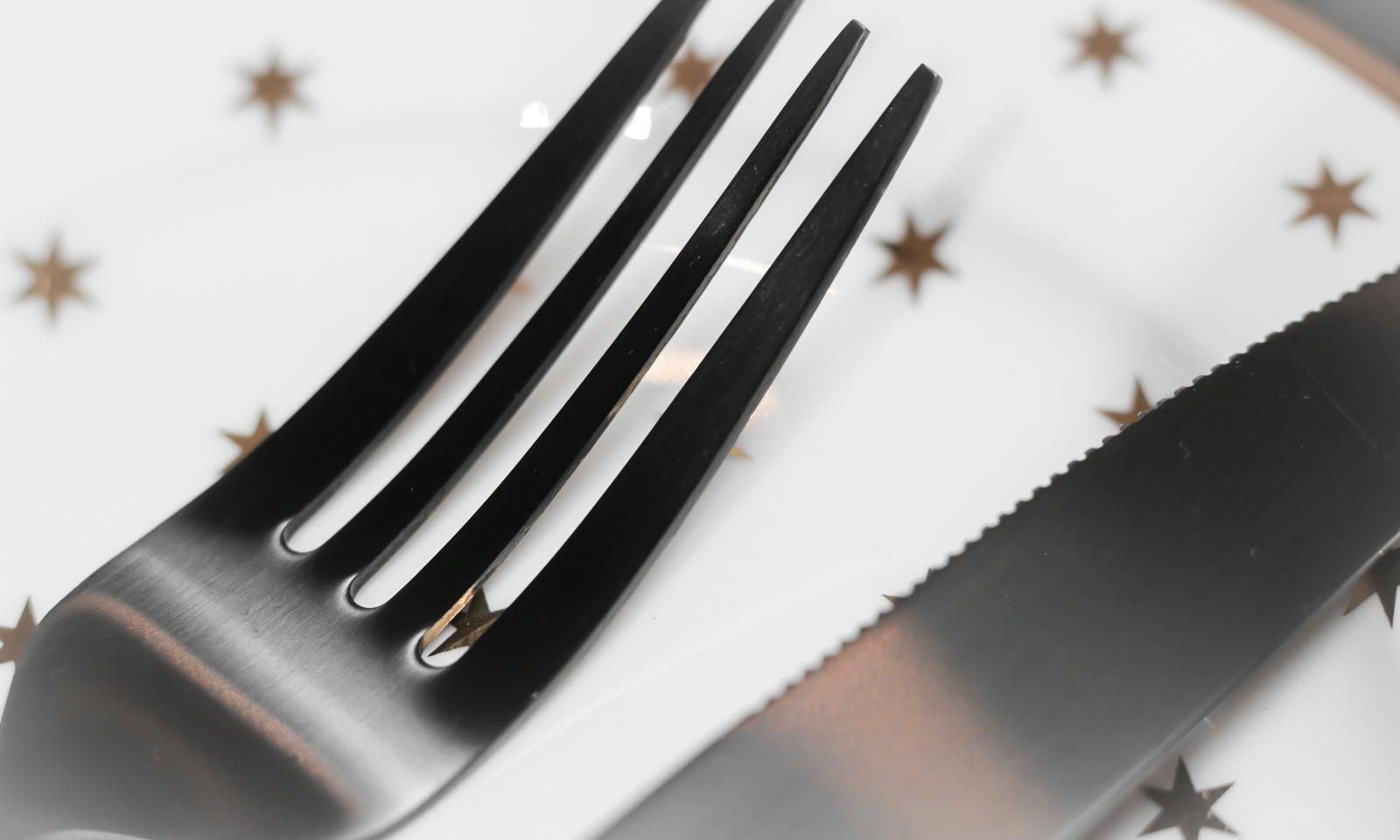 Ediths Weihnachten Tischdekoration Advent Schwarzes Besteck Teller Gold Sterne 11 Lavie Deboite
