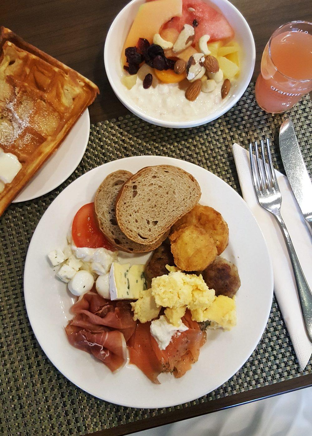 park-inn-hotel-koeln-city-west-essen-fruehstueck-buffet