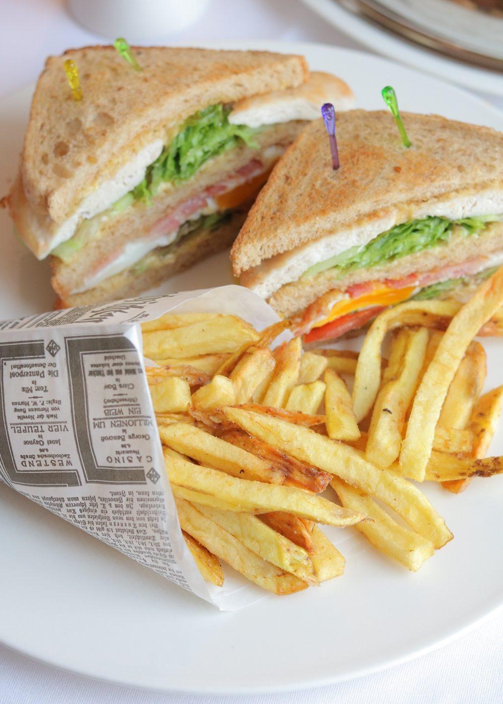 park-inn-hotel-koeln-city-west-essen-roomservice-sandwich-pommes