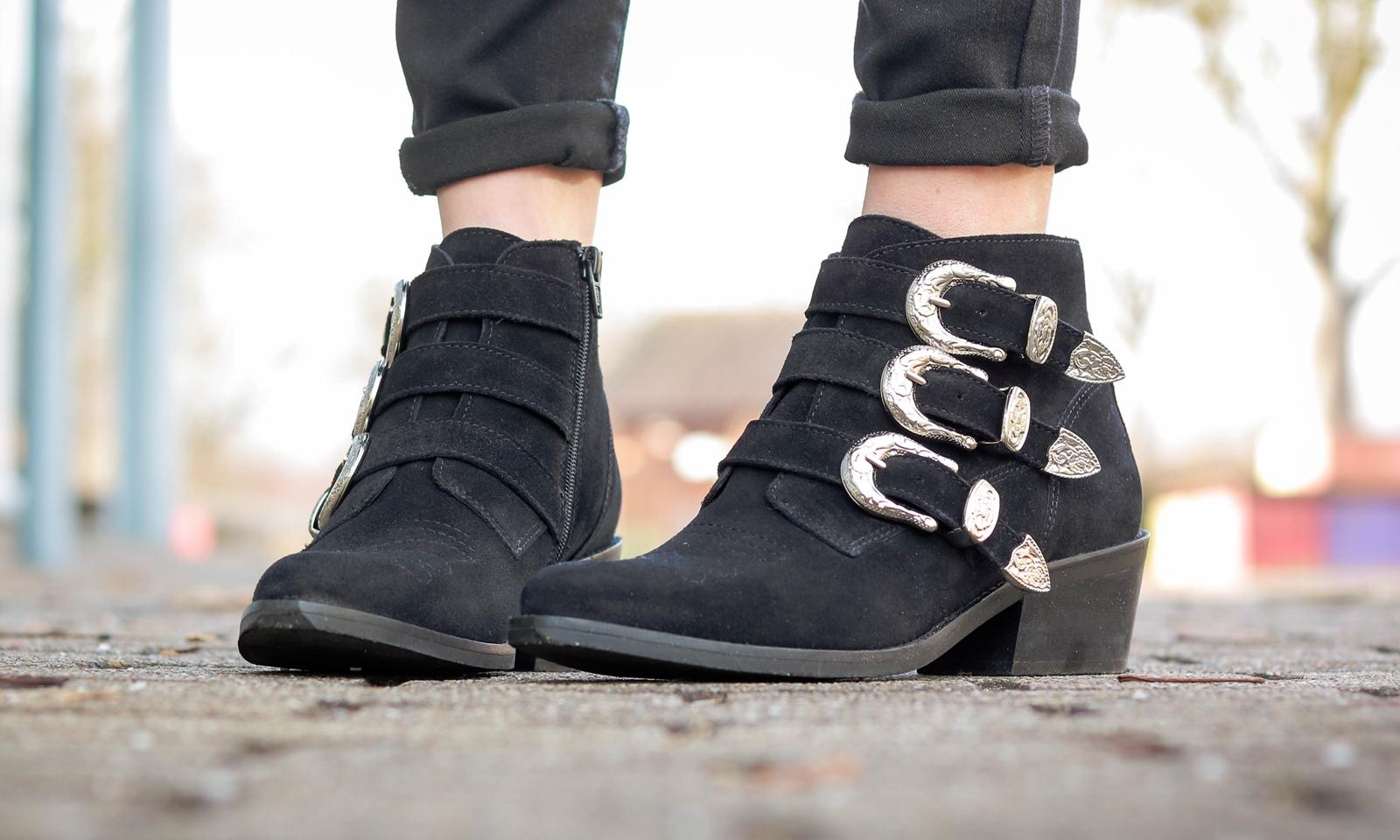 Fashionblogger Outfit Sacha Bikerboots mit Schnallen