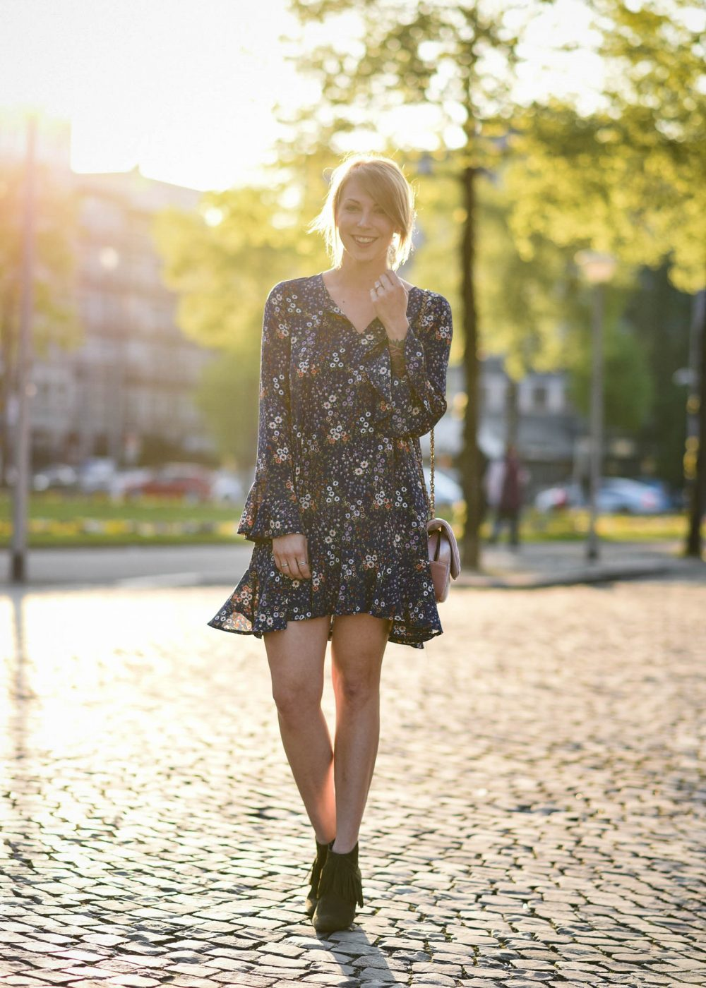 outfit: frühlingsgefühle - blaues kleid mit blumenprint