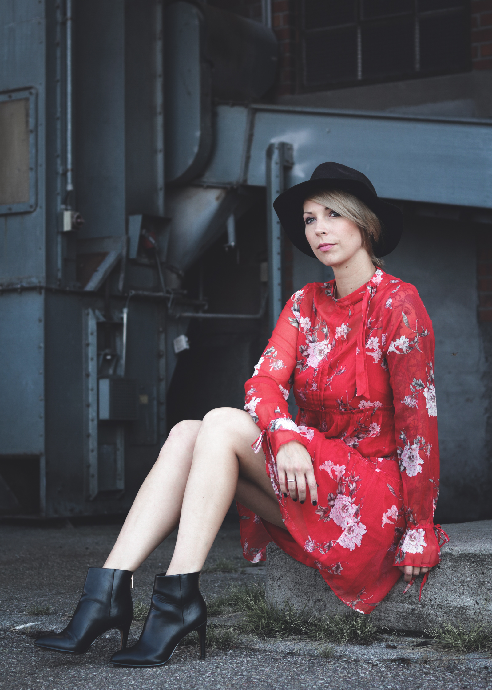 Fashionblogger Outfit Rotes Kleid Mit Blumen Transparent Lederjacke Schwarze Stiefeletten Hut 15 Lavie Deboite