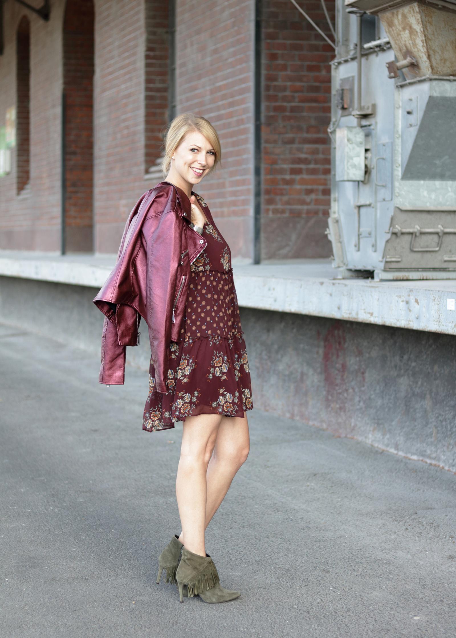 Großartig Stiefeletten Zum Kleid Ideen Von Outfit Lederjacke Metallic Boho Mit Fransen Purpur