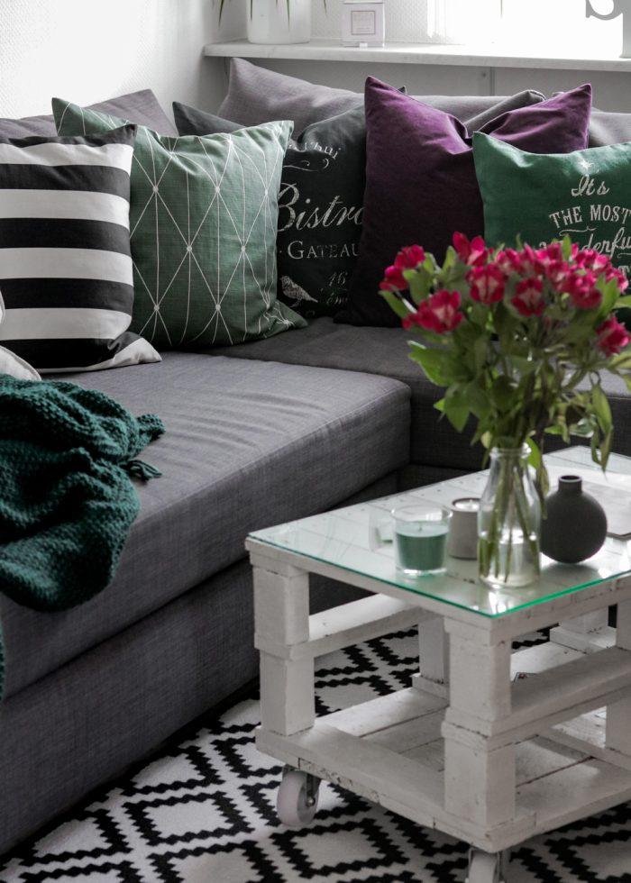 Wohnzimmer Einrichtung lila gruen Deko Kissen Vasen ...
