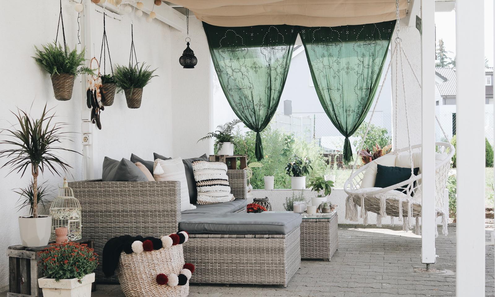 Garten Veranda überdachte Sitzecke Boho Style Ideen Vorhänge Kissen